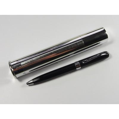 Metalowy długopis w srebrnej tubie.